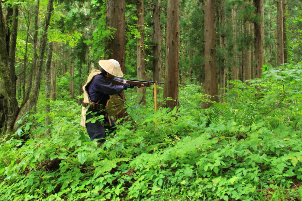 マタギの猟風景(阿仁が本場のマタギ文化 緊張感漂う熊との攻防)